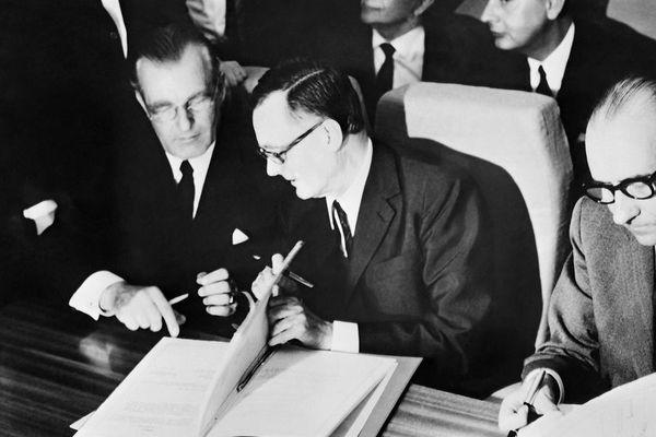 Le ministre de l'économie allemand Karl Schiller (à gauche) et le ministre des transports français Jean Chamant, le 29 mai 1969, au salon du Bourget.