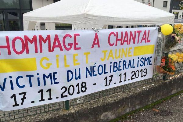 Une banderole pour rendre hommage à Chantal Mazet, morte le premier jour du mouvement des gilets jaunes