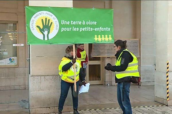 Les militants écologistes ont interpelé les conseillers régionaux jeudi matin.