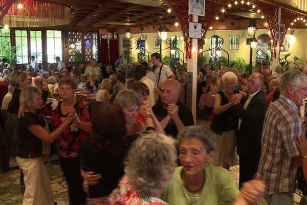 """Des participants au """"banquet des cheveux blancs"""" du Secours populaire le 11 août 2011 à Joinville-le-Pont"""