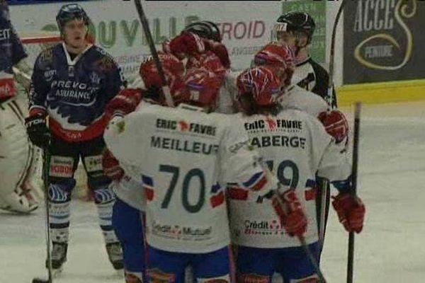 Les Lyonnais fête un de leurs buts sur la patinoire de Caen. Les Drakkars sont en fâcheuse posture.