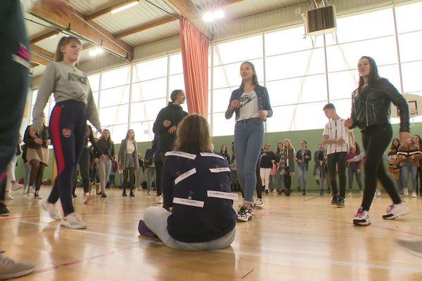 Le lycée professionnel Delphine Gay de Bourganeuf, en Creuse, a organisé un flasmob sur le thème du harcèlement scolaire.