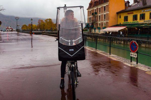 L'entreprise haut-savoyarde Veltop conçoit et fabrique des capotes pour vélo made in France.