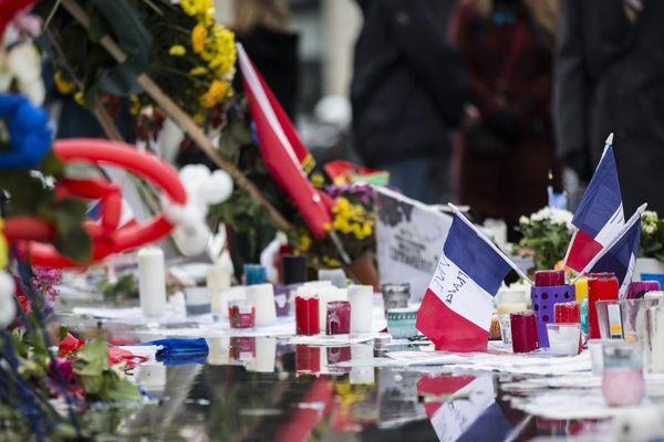 Des drapeaux français installés au pied de la Statue de la République, en hommage aux victimes du 13-Novembre, deux semaines après les attentats en 2015 (illustration).