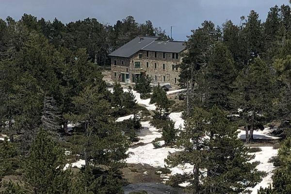 Le refuge des Cortalets situé à plus de 2000 m d'altitude dans le massif du Canigou est fermé jusqu'au 2 juin. L'incertitude plane sur une éventuelle ouverture comme pour tous les refuges de montagne.