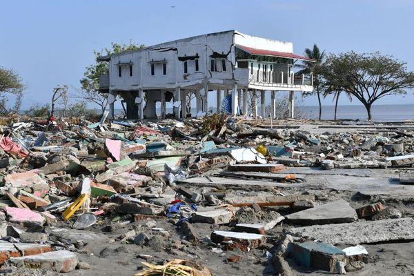 Une image illustrant bien les dégâts énormes suite au tsunami qui a ravagé l'île de Célèbes. Ici une partie de la ville de Palu. - 3/10/2018