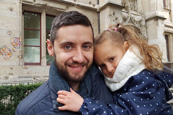 Romain et sa fille Automne âgée de 5 ans. Le projet familial de tour du monde est reporté. Destination Nouvelle-Aquitaine pour cet été.