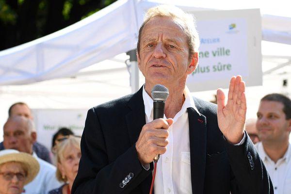 """L'ancien maire de Grenoble et ancien ministre, Alain Carignon, prononce un discours lors d'un """"Forum des citoyens"""" organisé par son nouveau mouvement politique """"Société civile avec les citoyens"""", à Grenoble, le 8 septembre 2018."""