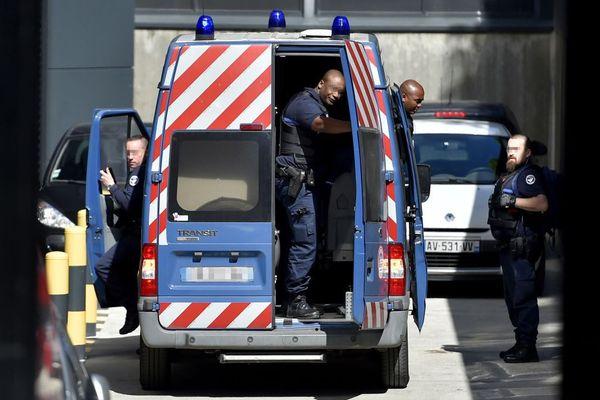 La camionnette qui arrive au palais de justice de Nantes avec l'assassin présumé de la famille Troadec pour son audition par les juges - 6/04/2017