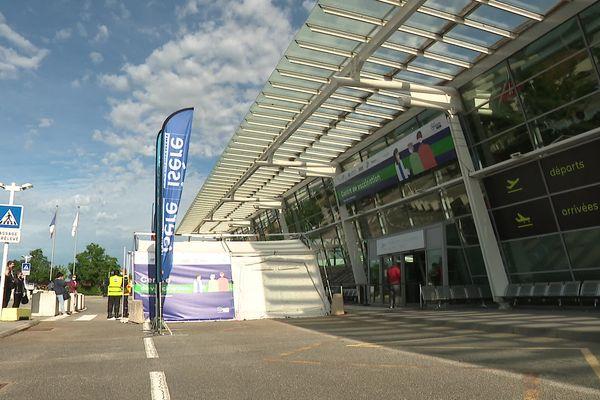 Le centre de vaccination est situé dans l'aéroport Grenoble Alpes, à Saint-Etienne-de-Saint-Geoirs.