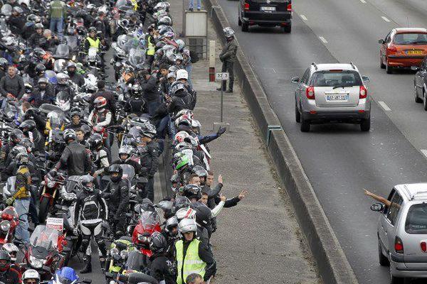 Déjà le soutien d'un automobiliste aux motards lors d'une manifestation en 2011 contre les mesures répressives de la sécurité routière.