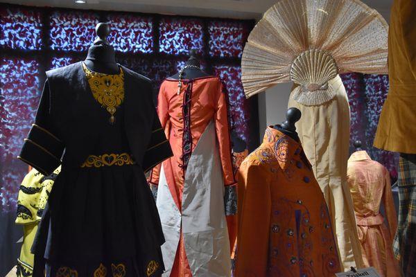 """Présentation des robes de l'exposition """"Trugarez"""" dans la galerie de Pascal Jaouen à Quimper"""