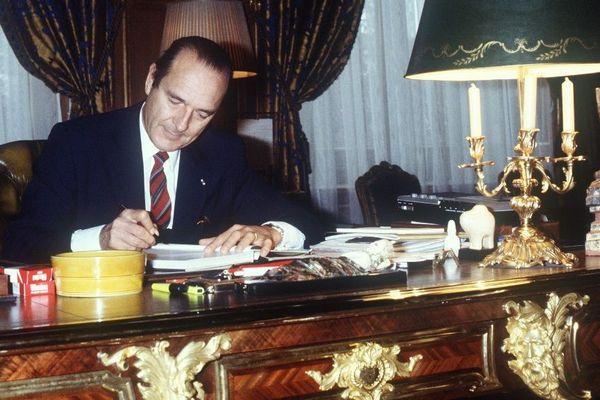 Le maire de Paris Jacques Chirac travaille à son bureau de l'Hôtel de Ville, le 29 octobre 1982 à Paris.