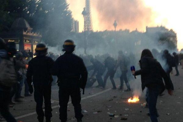 Environ 200 personnes ont lancé des barrières et des bouteilles en direction des forces de l'ordre à l'issue du défilé contre le mariage pour tous. Manuel Valls condamne ces violences causées «par l'extrême droite»