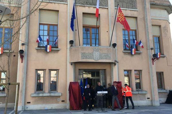 Préparation de la cérémonie d'hommage aux victimes des attentats de l'Aude du 28 mars 2018 et des plaques commémoratives qui sont dévoilées à 12 h devant la mairie de Trèbes le 23 mars 2019.