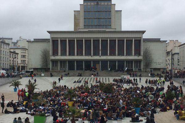 Les jeunes Brestois se sont rassemblés devant la mairie en milieu d'après-midi