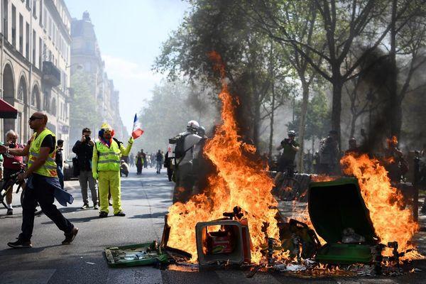 Des poubelles en feu en marge de la 23e journée de mobilisation des gilets jaunes à paris (illustration).