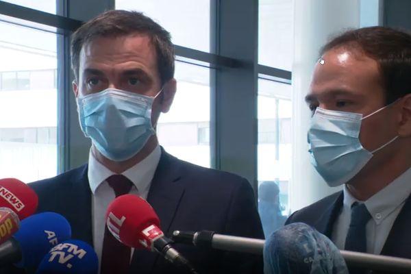 Le Ministre de la Santé Olivier Veran et le Secrétaire d'Etat à la Transition écologique Cédric O ont présenté en détails les sommes allouées aux établissements de santé dans le cadre du plan global sur la cybersécrutié lors d'une visite à l'hôpital de Villefranche-sur-Saône.
