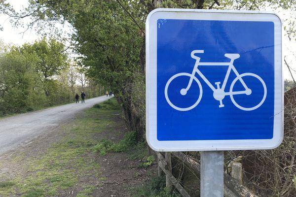 Les balades à pied ou à vélo sont accessibles, par exemple, à partir de la Chaussée Neuve, à Saint-André des Eaux