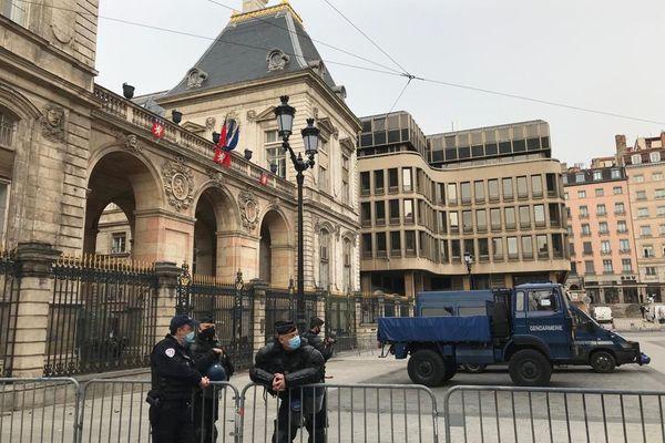 La mairie de Lyon sous très haute sécurité, bouclée par de nombreux gendarmes lundi 22 février.