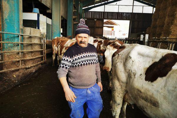 Jean-Yves s'occupe de ses 70 vaches laitières au quotidien.