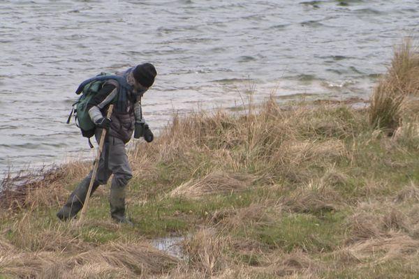Cyril Rombaut surveille les pontes de grenouilles rousses au bord du Lac des Pises, à 1400m d'altitude.