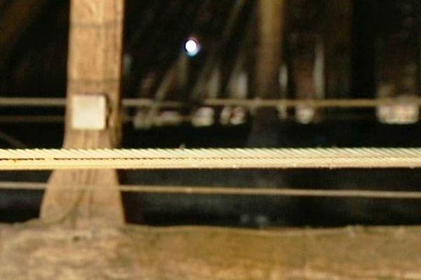 La charpente ne tient plus que grâce à des élingues ( câbles d'acier).