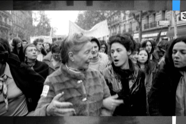 Des femmes parmi lesquelles Simone de Beauvoir défendent le droit à l'avortement