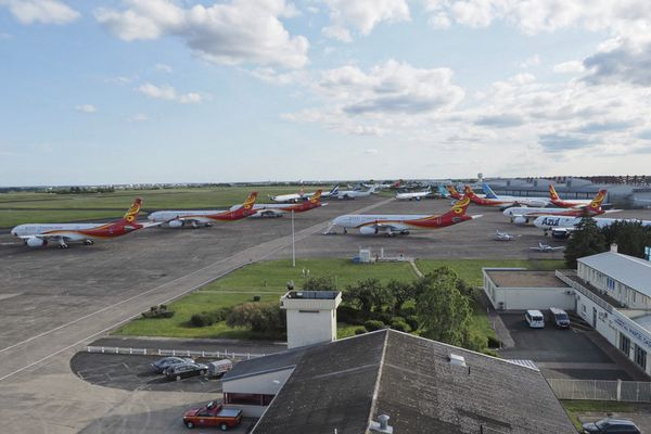 De nombreux avions restent au sol pendant la crise sanitaire. L'aéroport de Châteauroux propose un parking pour de nombreuses compagnies aériennes.
