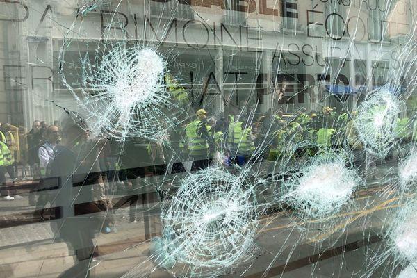 Une vitrine cassée dans le centre-ville de Reims, sur la manifestation des gilets jaunes le 18 mai