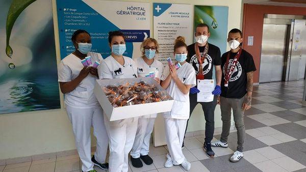 Pour Pâques, les supporters messins, comme ceux de Nancy, ont distribué des chocolats dans les hôpitaux et les Ephad.