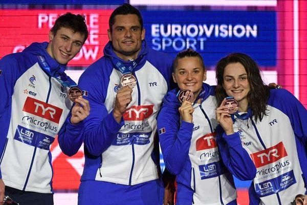 Maxime Grousset, Florent Manaudou, Melanie Henique and Beryl Gastaldello posent avec leur médaille de bronze après le 4X50 mixte.