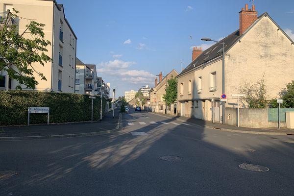 A droite de la photographie, les maisons qui seront détruites rue de la Mairie à La Riche pour laisser passer le futur tram B.