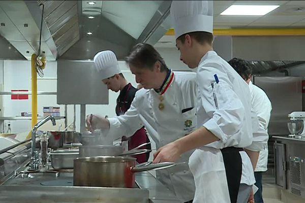L'agitation dans les cuisines du lycée Anne-Sophie Pic de Toulon