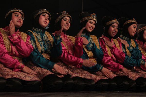 Le groupe Vistrad Ui, originaire d'Indonésie lors du spectacle d'ouverture des fêtes de la vigne de Dijon, mardi 23 août.