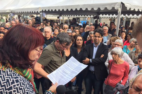 des textes ont été lus, des pancartes déployés pour soutenir les migrants