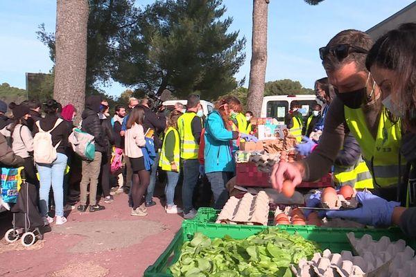 Les bénévoles de l'association Vendredi 13 distribuent de l'aide alimentaire aux étudiants de Luminy tous les samedis.