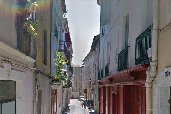 Rue des anciens Combattants à Béziers, avec l'étroitesse du vieux tissu urbain moyenâgeux qui rend difficile parfois des interventions de pompiers.