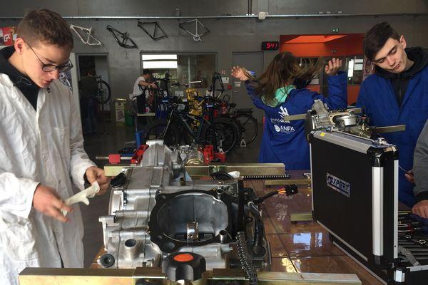 Les apprentis de l'institut des métiers de l'artisanat Bordeaux-Lac en cours dans l'atelier réparation moto