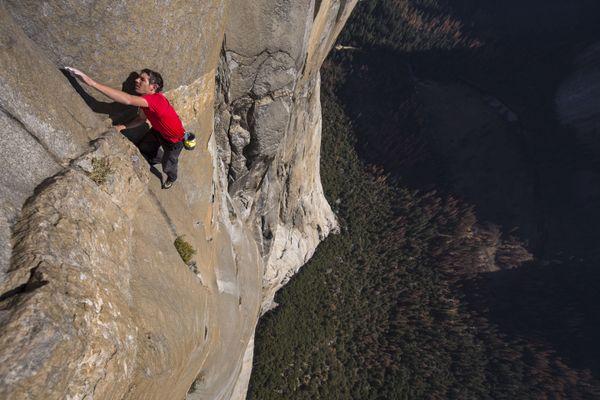 L'alpiniste de l'extrême Alex Honnold a médiatisé ses ascensions en solo intégral.