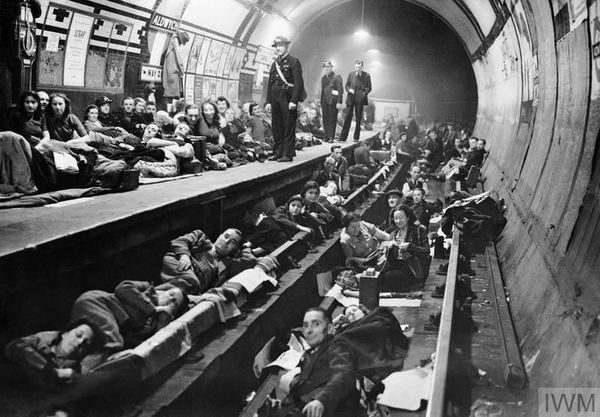 Des Londoniens réfugiés dans le métro pendant les bombardements de 1940.