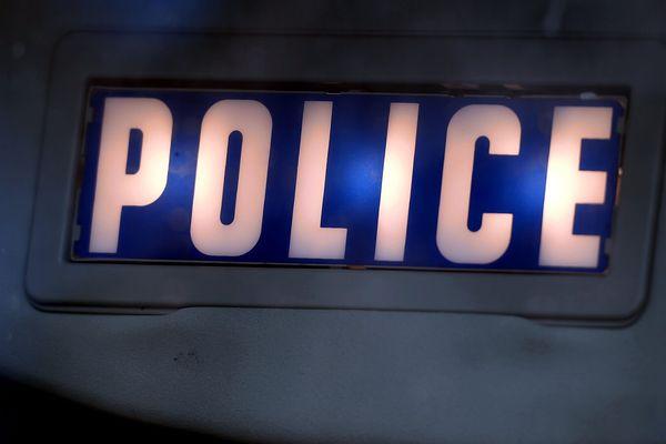 Après les heurts, deux jeunes ont été admis à l'hôpital et un policier a été blessé à la cuisse.