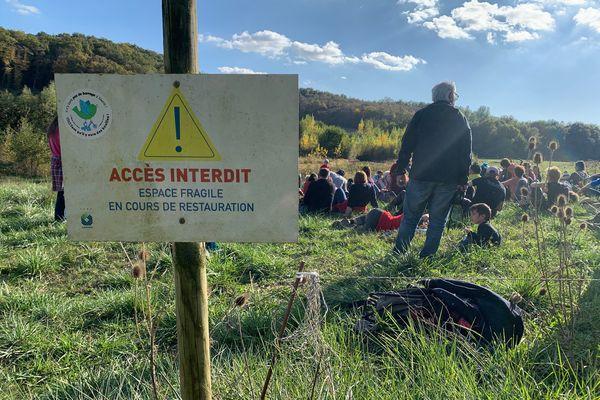 Une centaine de personnes se sont rassemblées dimanche 24 octobre à Sivens, en mémoire de Rémi Fraisse mais aussi pour rappeler leur opposition à la construction d'un barrage sur ce site.