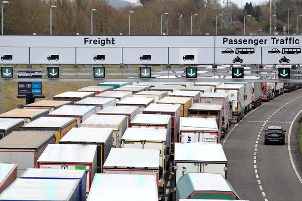 La grève des douaniers à Calais entraîne d'importants ralentissements sur l'A16 depuis 10 jours.