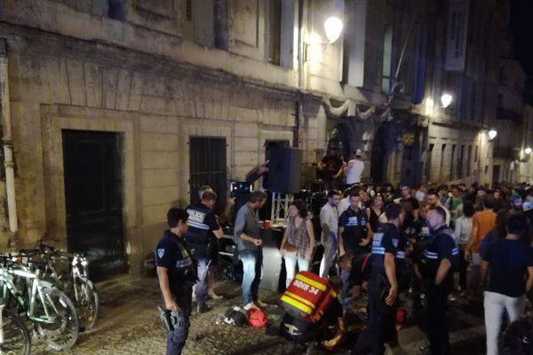 Entre le bar et la scène, la foule a eu peu de place pour s'écarter.