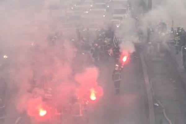 Des pompiers professionnels bloquent le périphérique parisien, à hauteur de la porte de Vincennes, le 24 novembre 2016.