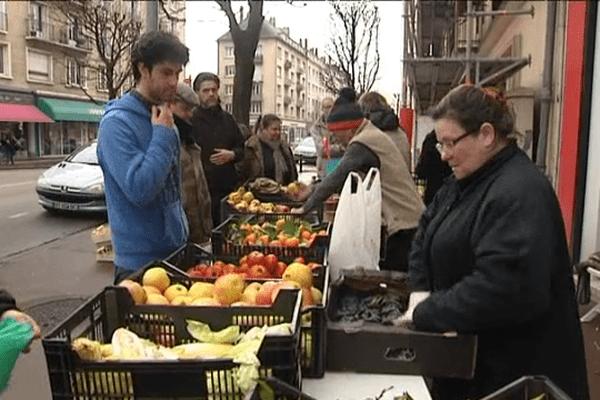 """Ce dimanche sur le marché de Caen, l'association """"La tente des glaneurs"""" a collecté près d'une demie-tonne de denrées"""