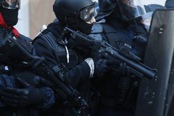 Des policiers armés de LBD lors d'une manifestation contre la réforme des retraites, le 10 décembre à Paris (illustration).