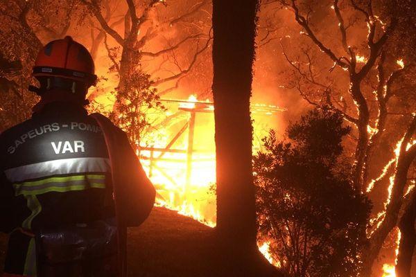 Plus de 1000 pompiers ont tenté d'éteindre l'incendie du massif des Maures qui a ravagé plus de 7000 hectares de végétation dans le Var au mois d'août 2021.