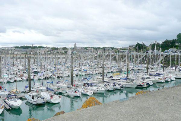 Une photo du port des Bas-Sablons sur Wikipédia